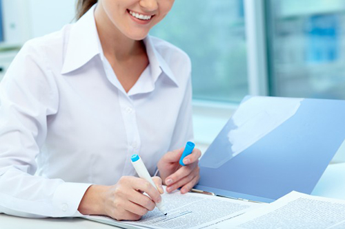 close-up-of-businesswoman-underlining-a-report_1098-970